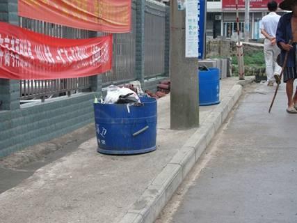 街道两旁的简易垃圾桶