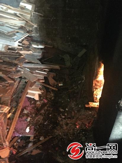 炉灶里的柴火烧得特别旺